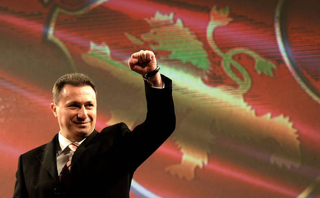 Никола Груевски размахва митингаджийски юмруци срещу западни посланици