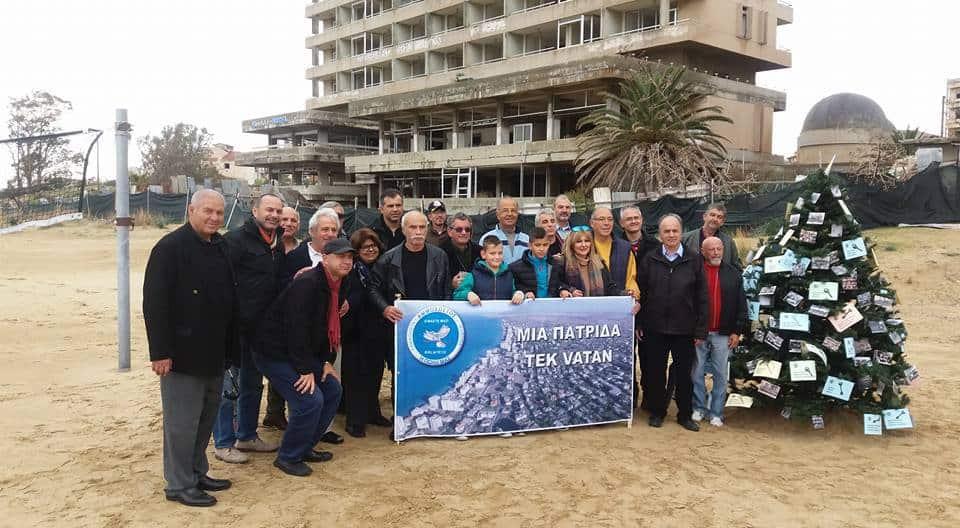 Кипърски гърци и кипърски турци заедно украсиха новогодишната елха на плажа на Фамагуста, пред разрушените хотели на Вароша.