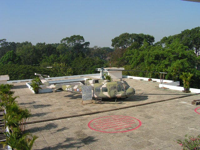 Ето такива хеликоптери излитат навремето от покрива на южновиетнамското президентство. Те и сега стоят там–за радост на туристите