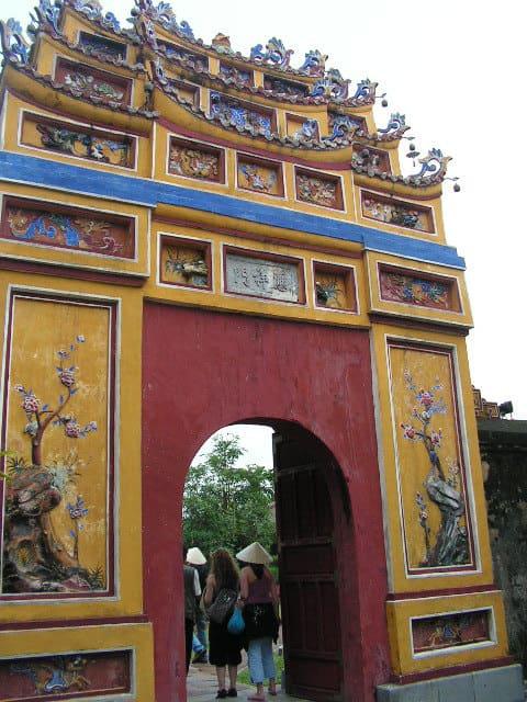 Една от портите към императорските владения в Хюе
