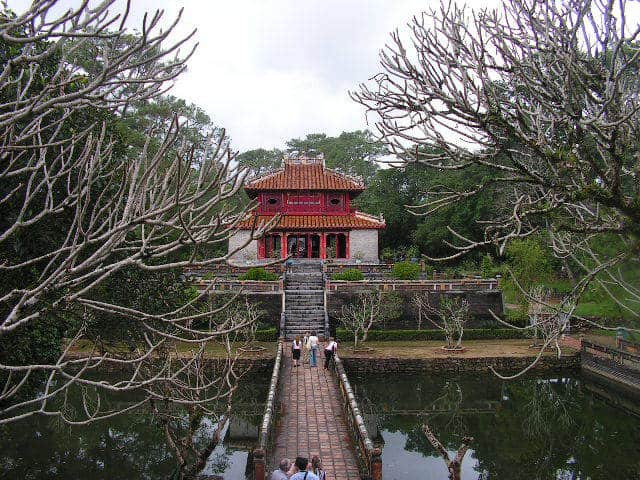 Един от осемте императорски мавзолея край Хюе