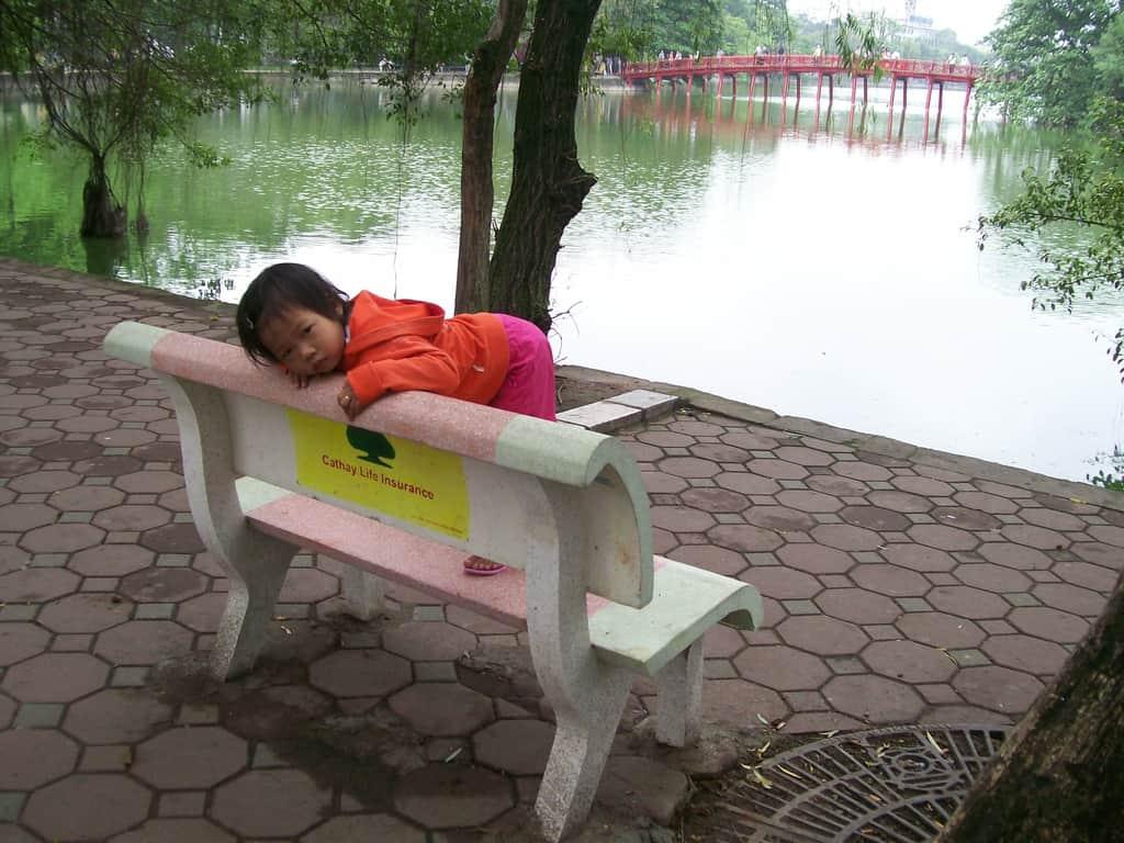 Край Езерото на върнатия меч днес в Ханой играят деца