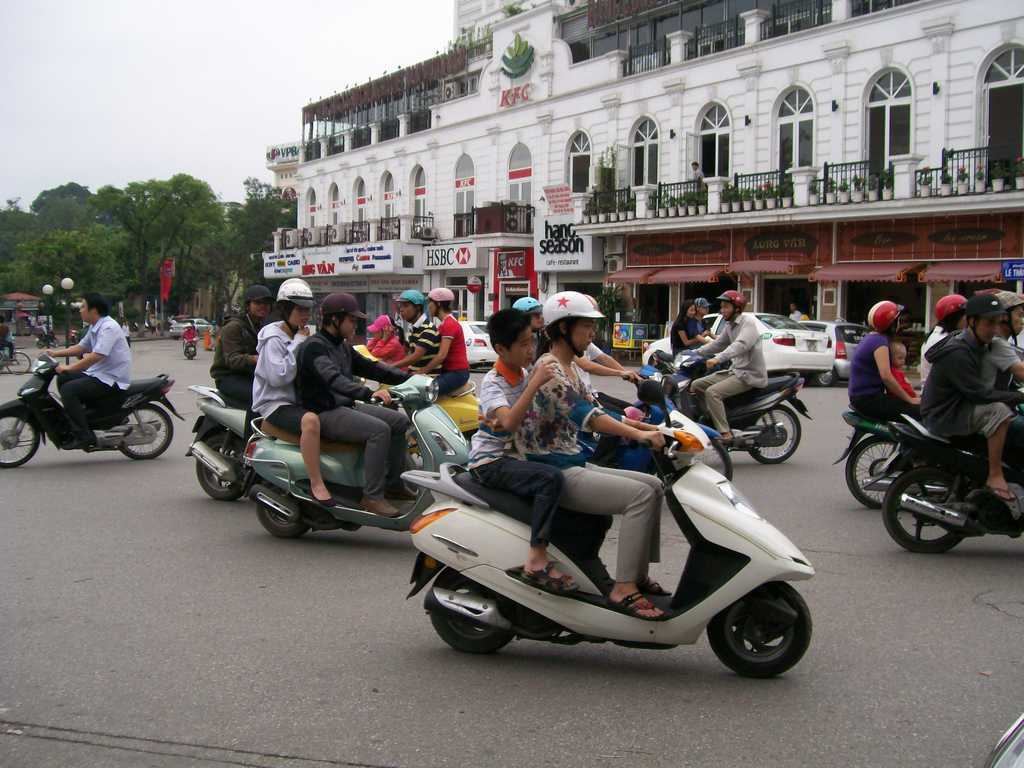 Трафикът по улиците, заобикалящи Езерото на върнатия меч, е доминиран от мотоциклети, както и навсякъде във Виетнам