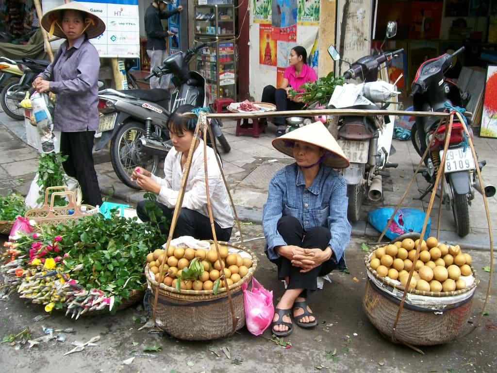 В стария търговски квартал на Ханой алъш-веришът върви направо на улицата