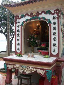Олтари с дарове и свещи навсякъде почитат духовете на мъртвите,които според виетнамците съществуват паралелно с нас