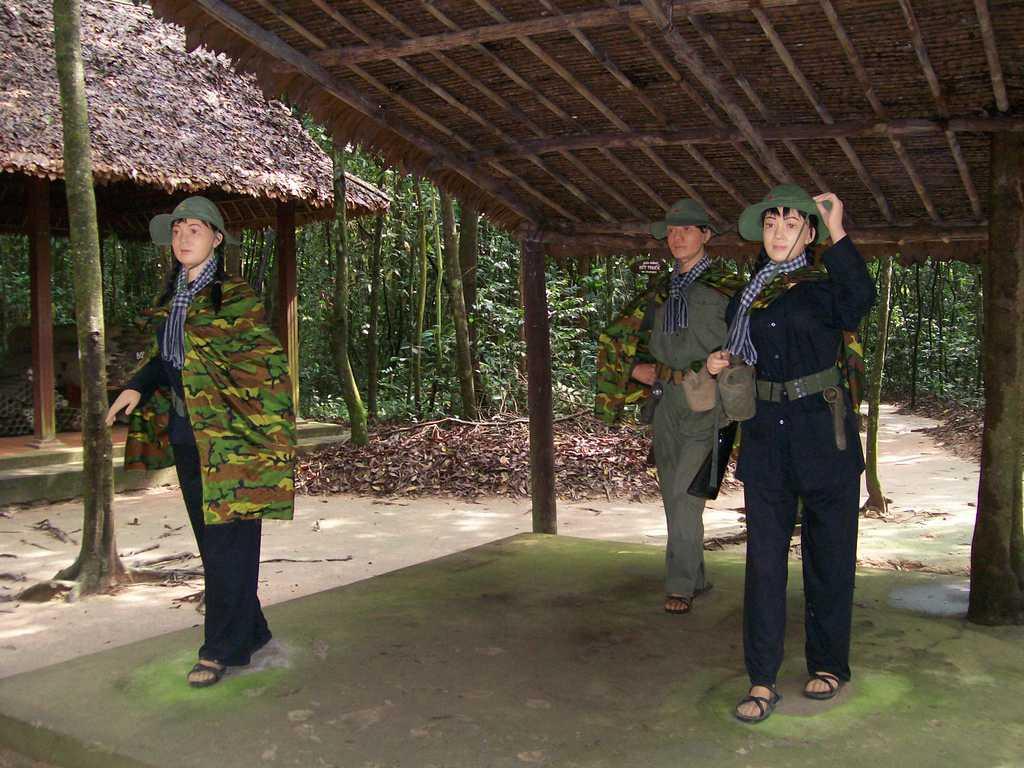 """Мемориалният комплекс """"Тунелите Ку Чи"""" посреща посетителите с манекени в човешки ръст, изобразяващи някогашни партизани"""