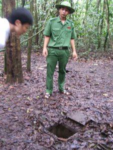 Някои от същинските входове в тунелите са били съвсем тесни и добре прикрити в джунглата