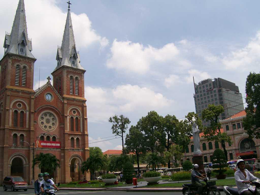 """Католическата катедрала в град Хо Ши Мин, известна като """"Сайгонската Света Богородица"""""""