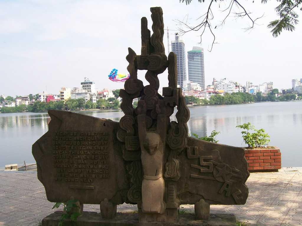 Паметникът, който напомня, че точно на това място през 1967 г. от ханойското езеро Чук Бач е бил изваден скочилия с парашут пилот Джон Маккейн, чийто самолет бил свален