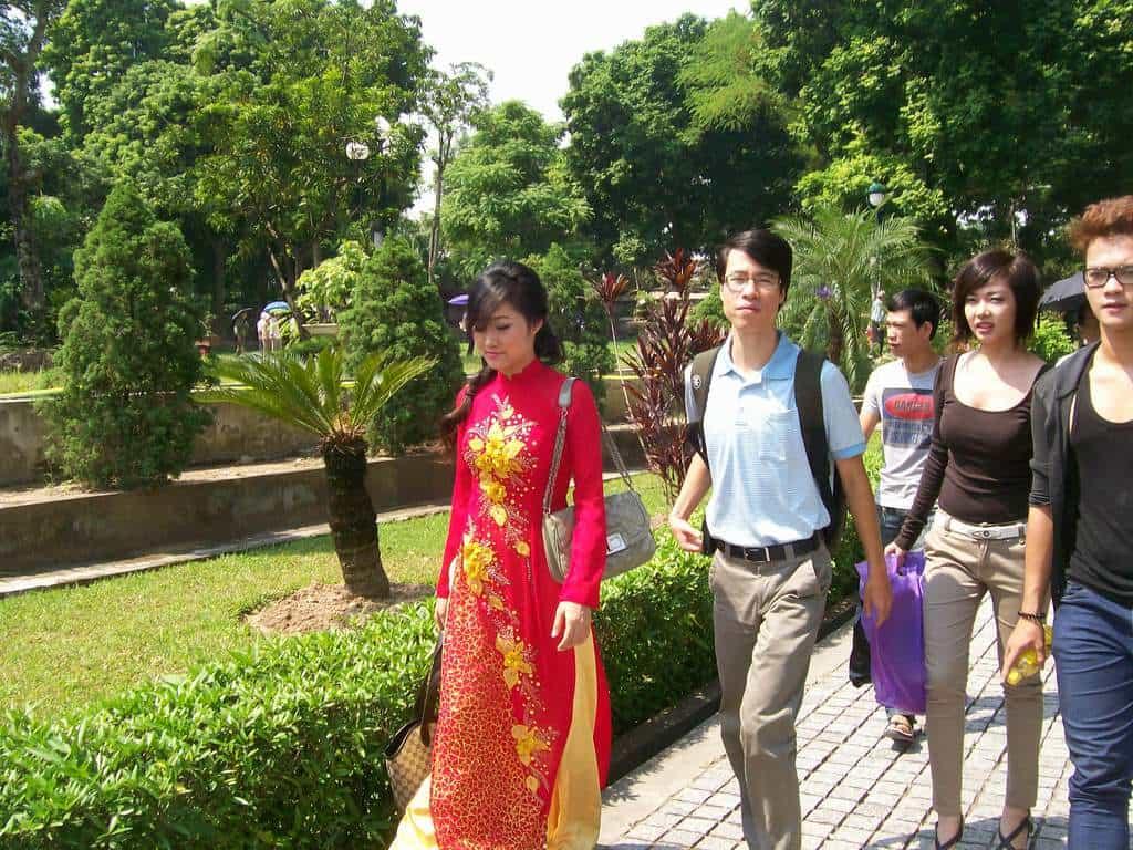 Съвременните виетнамки носят роклите ао-зай предимно при по-официални случаи