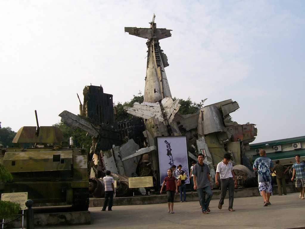 Тази грамада от свалени американски самолети и друга вражеска бойна техника се извнисява в двора на на Военния музей в Ханой