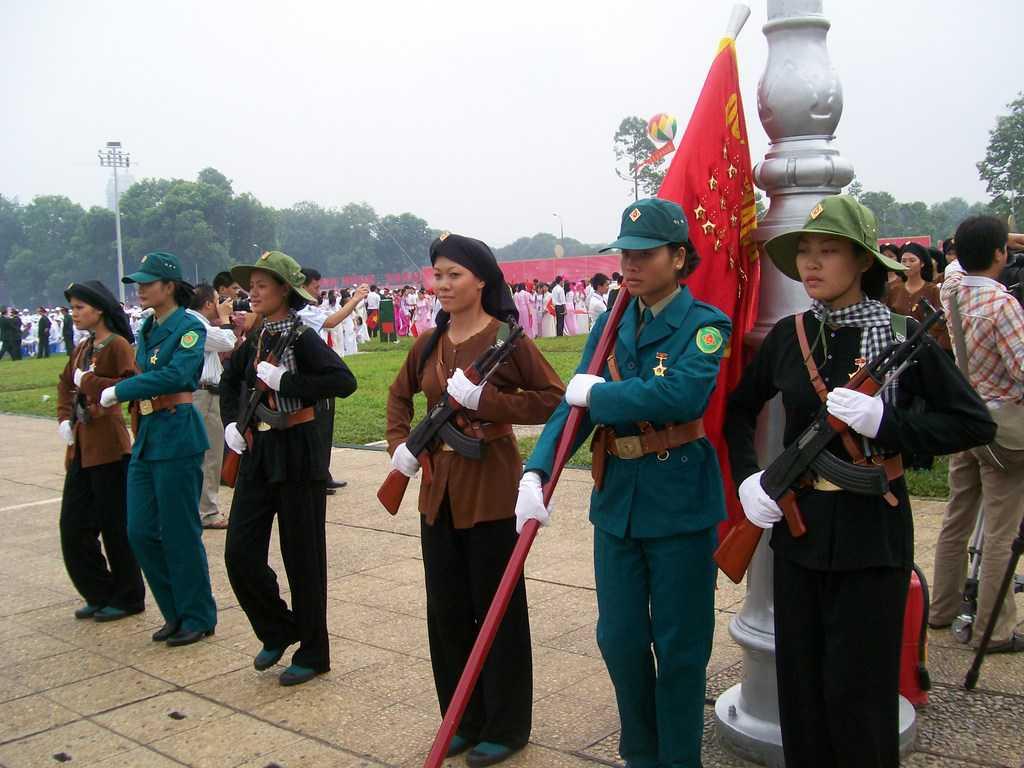 На тържествата в чест на 1000-годишнината от основаването на Ханой млади виетнамки представиха трите лица на военния героизъм–народноосвободителните сили на Севера, партизаните от Юга и съвременната виетнамска армия