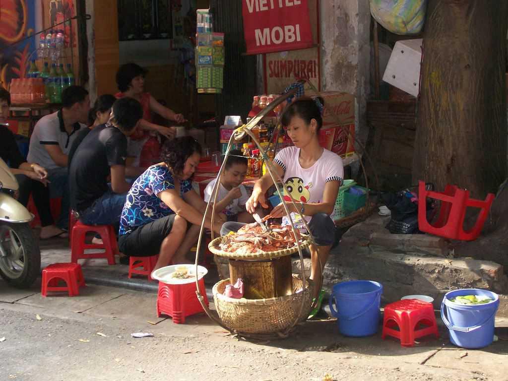 Раците се приготвят, продават и похапват направо на тротоара