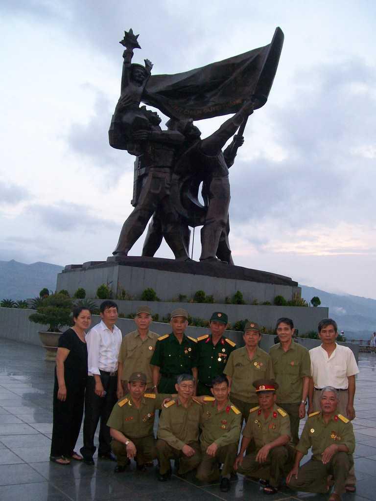 Край паметника на героите от Диан Биен Фу са се събрали за снимка ветерани от войната с американците, пристигнали от другия край на страната–от Хайфонг