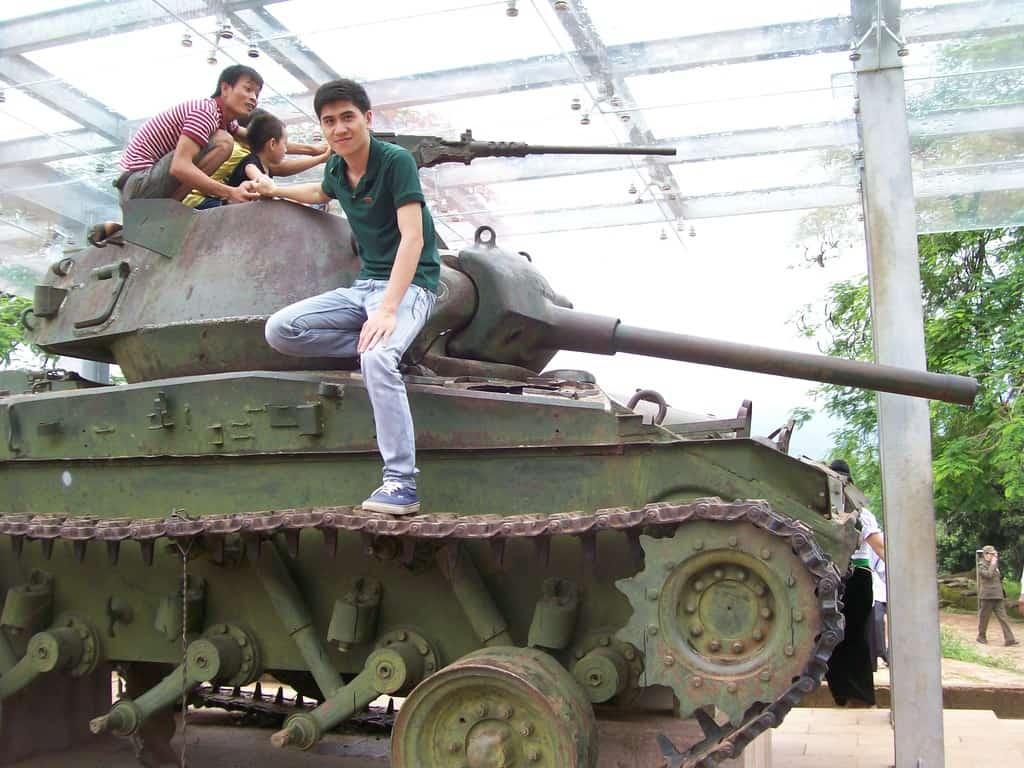 """Старият френски танк на хълма """"Елиан 2"""" или """"А 1"""" днес се само атракция за младите виетнамци"""