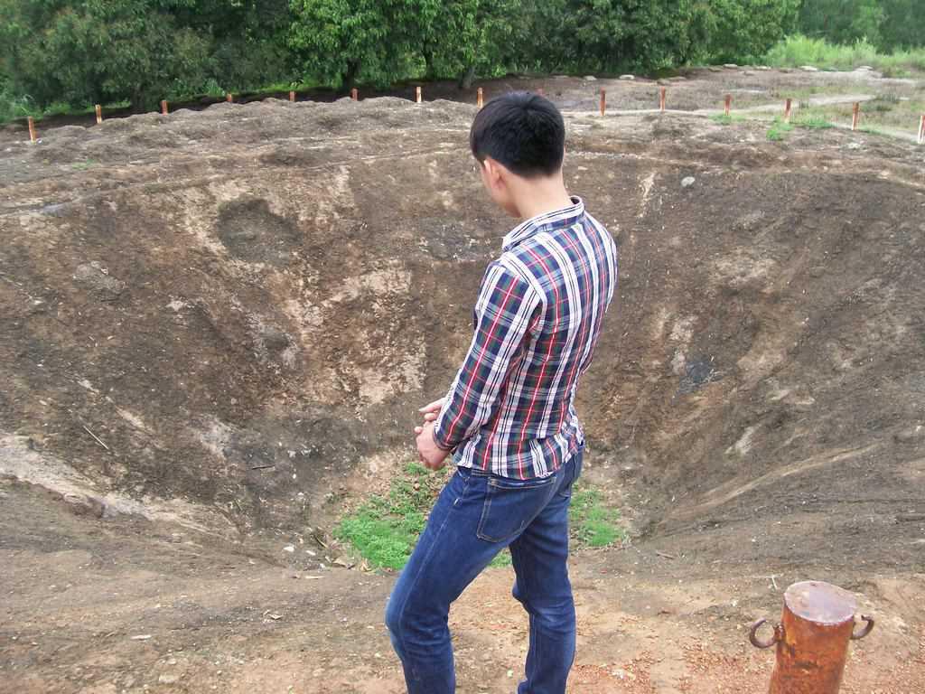 Ето го онзи гигантски кратер, останал след взривяването на едно от най-мощните френски укрепления на 6 май 1954-та