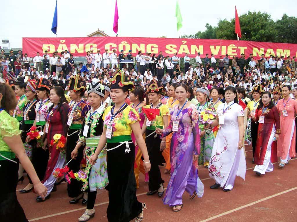 Пъстро шествие на различните виетнамски етноси на стадиона в Диан Биен Фу в чест на 60-годишнината от легендарната битка