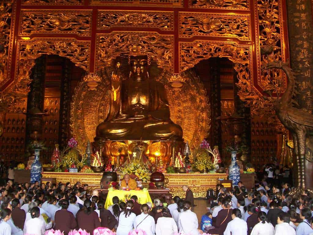 100-тонната бронзова и позлатена сатуя на Буда Шакямуни