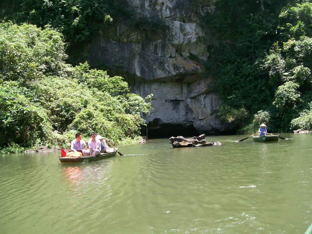 Под много от скалите има ефектни пещери