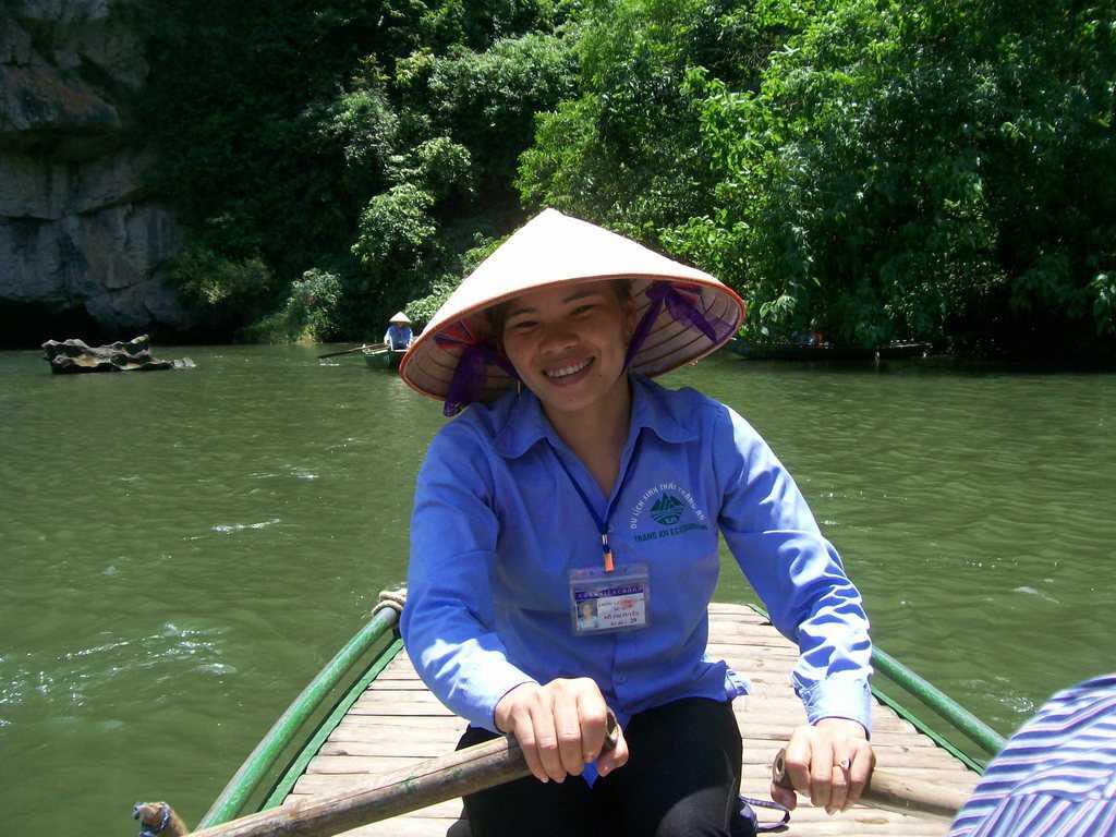 Усмивката не слиза от лицата на тези момичета–независимо от трудното управление на тежките лодки