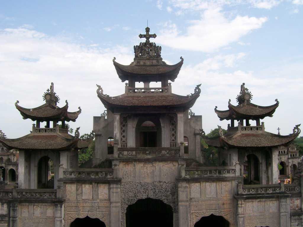 Каменната католическа катедрала от ХІХ век в селото Фат Зием е с типичен будистки силует