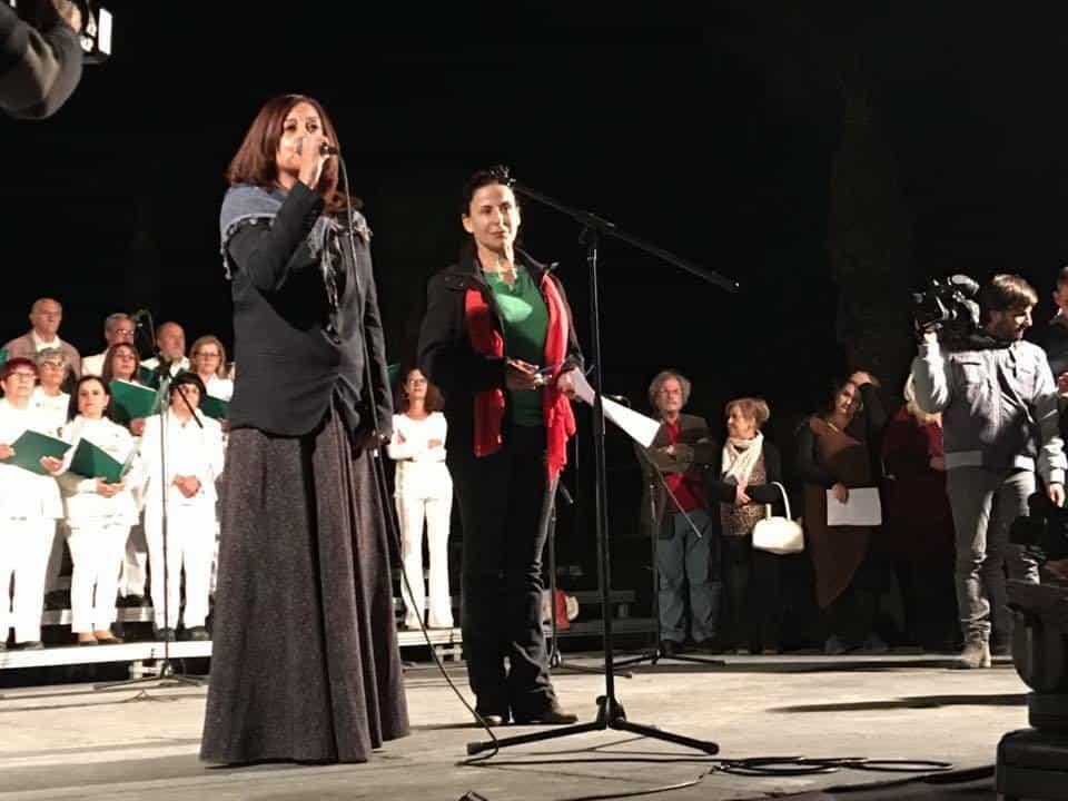 Поетесата Неше Ясин (пред микрофона вляво) и Двуобщностният хор за мир с въпрос без отговор за разделената родина.