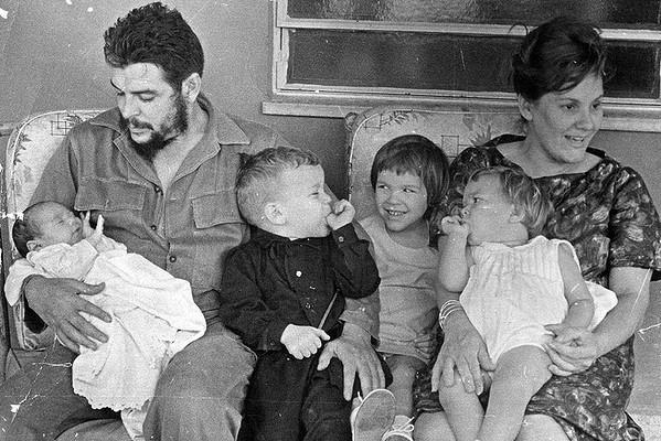 Семейна снимка от 1965 г. Че Гевара държи новородения Ернесто и 3-годишния Камило, до него е 5-годишната Алейда, а 2-годишната Селия е на коленете на майката Алейда