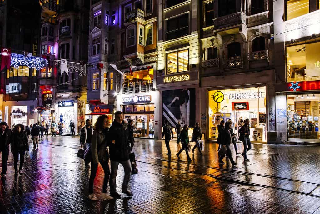 За замисления си референдум Ердоган има нужда и от гласовете на проевропейски и светски настроените турски граждани
