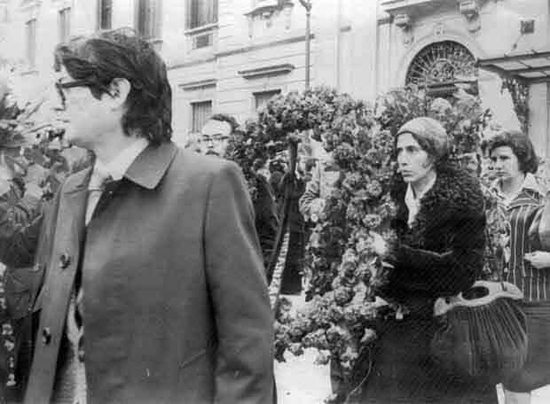 Мануела Кармена (втората отдясно, с венеца) по време на погребението на нейните колеги и приятели на 26 януари 1977 г.