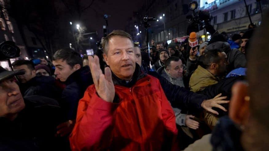 Президентът Клаус Йоханис също отиде на площада да подкрепи множеството