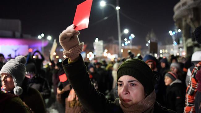 Демонстрантите размахваха червени картони срещу властта