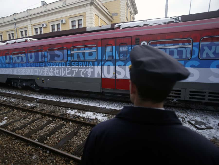 """Влакът, за който беше обявено, че ще пътува от Белград до Косовска Митровица, бе изрисуван отвън с надписи на различни езици """"Косово е Сърбия"""""""