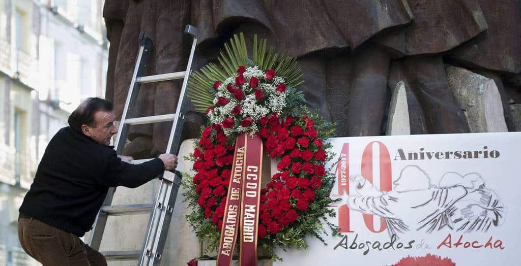 """По повод 40-годишнината от трагедията на високия паметник на улица """"Аточа"""" бяха поставени нови венци с помощта на стълба"""