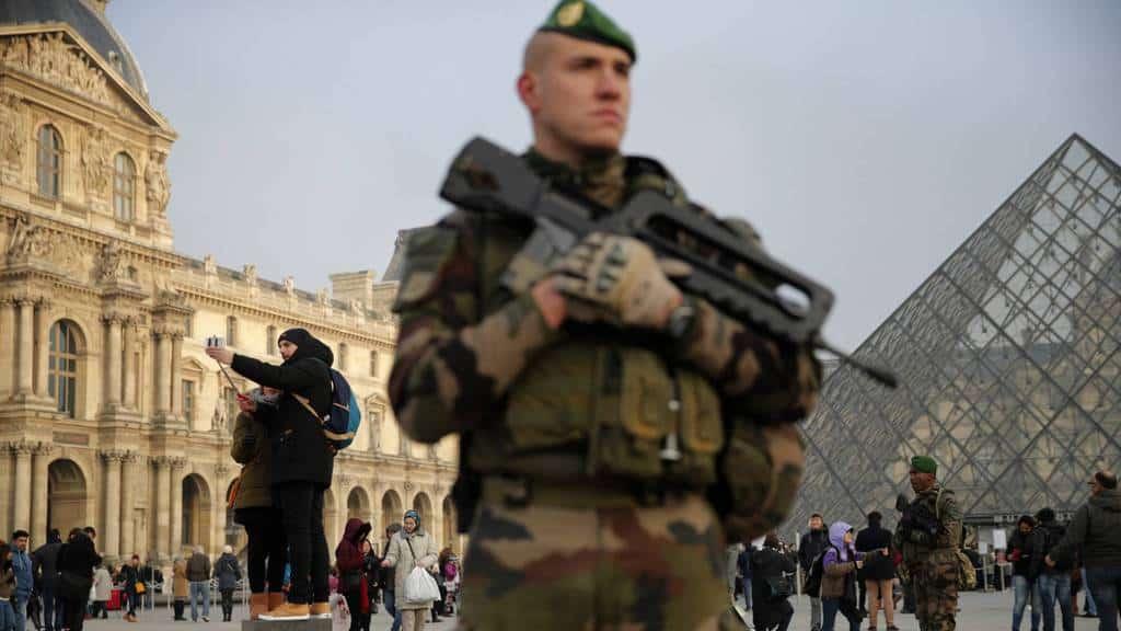 Антитерористи патрулират в двора на Лувъра