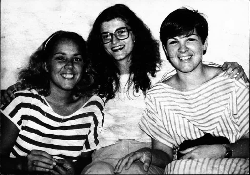 На тази снимка от 1985 г. дъщерите на Че Гевара Алейда (вдясно) и Селия (вляво) са с авторката (в средата) по време на интервю в София