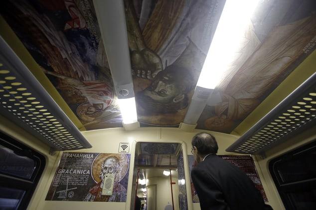 Отвътре влакът е аранжиран с репродукции на православни икони, стенописи и символи