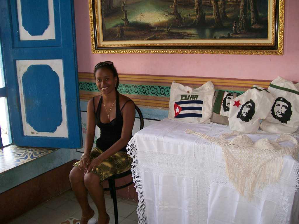 Млада продавачка на ръчно изработени изделия в град Тринидад. Снимка: Къдринка Къдринова