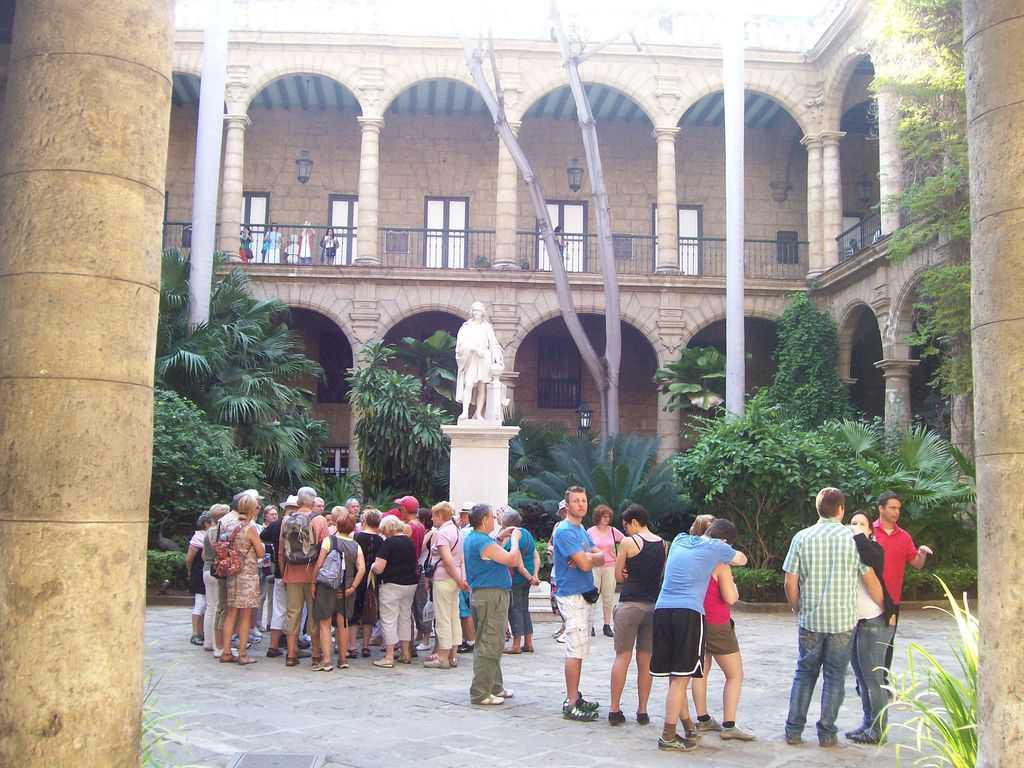 Туристическа група в двора на двореца на някогашния испански губернатор на Хавана. Снимка: Къдринка Къдринова