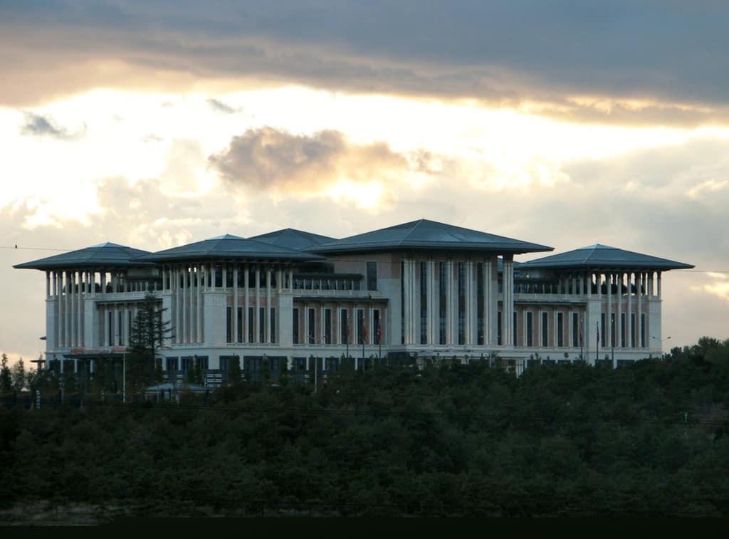 """""""Ак Сарай""""–гигантоманският президентски дворец на Ердоган в Анкара, който засенчва султанските палати. Снимка: Уикипедия"""