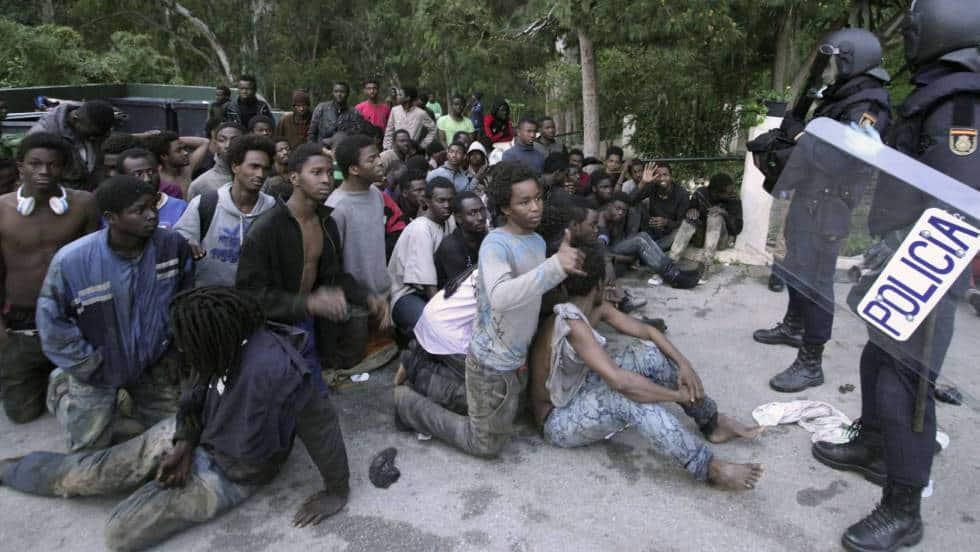 Африкански мигранти, успели да пробият защитната мрежа на испанския анклав Сеута в Мароко. Снимка: elpais.com