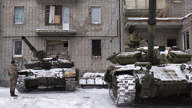 Танкове край жилищен блок в Авдеевка. Снимка: РИА