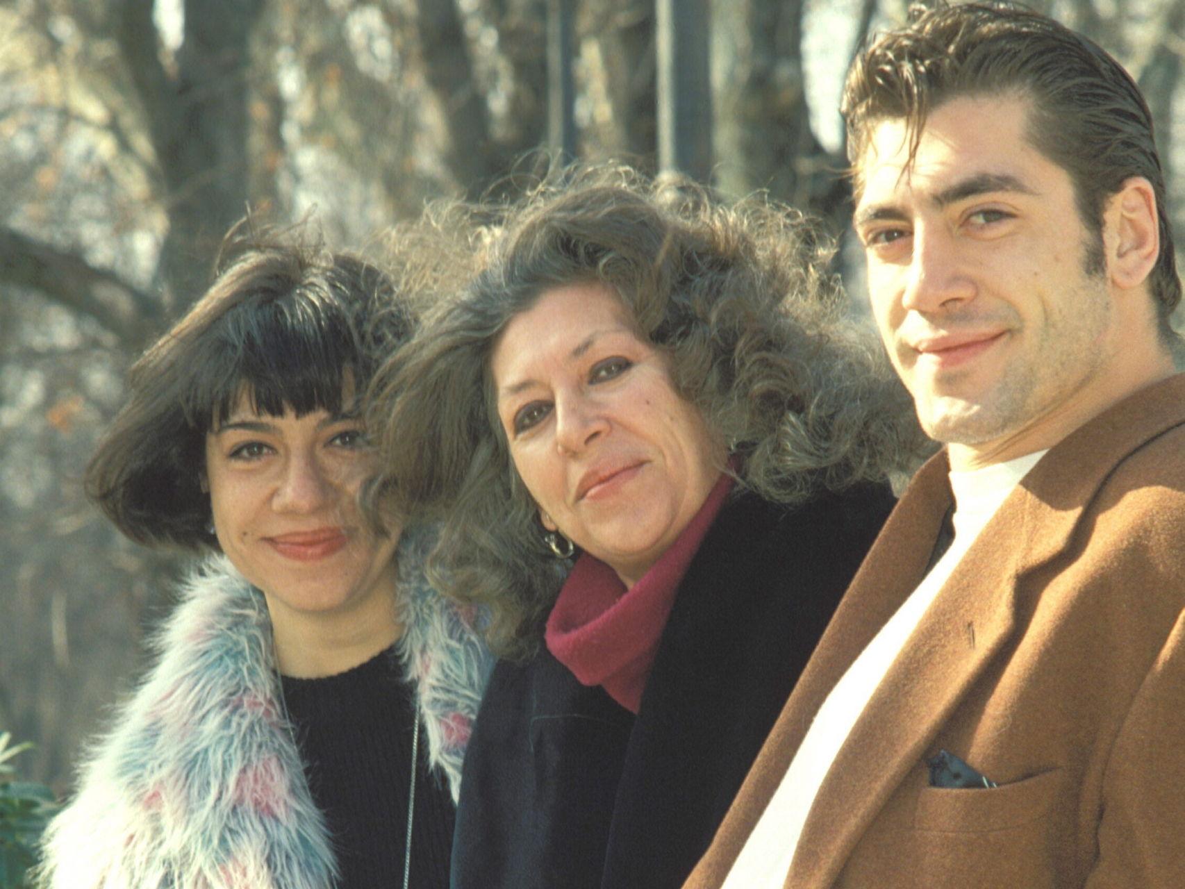 Моника Бардем (крайната вляво) с майка си Пилар и брат си Хавиер през 80-те. Снимка: elespanol.com