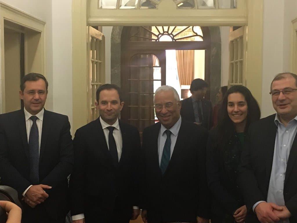 Първото посещение в чужбина на Беноа Амон (вторият отляво) в качеството му на кандидат-президент на френските социалисти бе в Португалия, при Антонио Коща, от чийто пример се вдъхновява. Снимка: Туитър