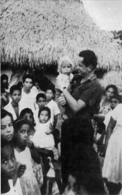 Камило Торес със селски деца. Снимка: Уикипедия