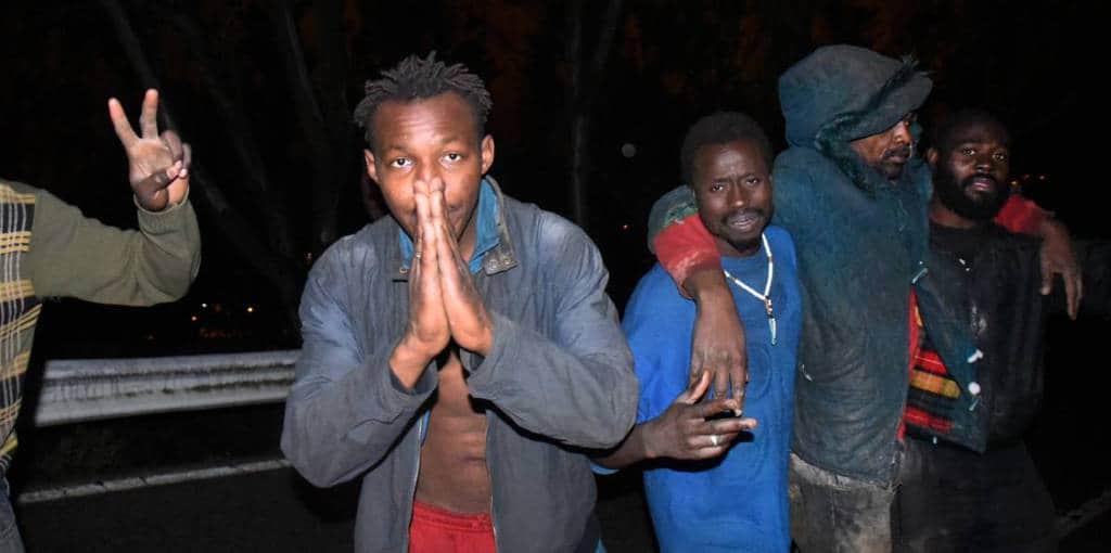 Повечето африканци, стигащи до Сеута, са гладни, изтощени, отчаяни и уплашени. Но не бягат от добро. Снимка: elpais.com
