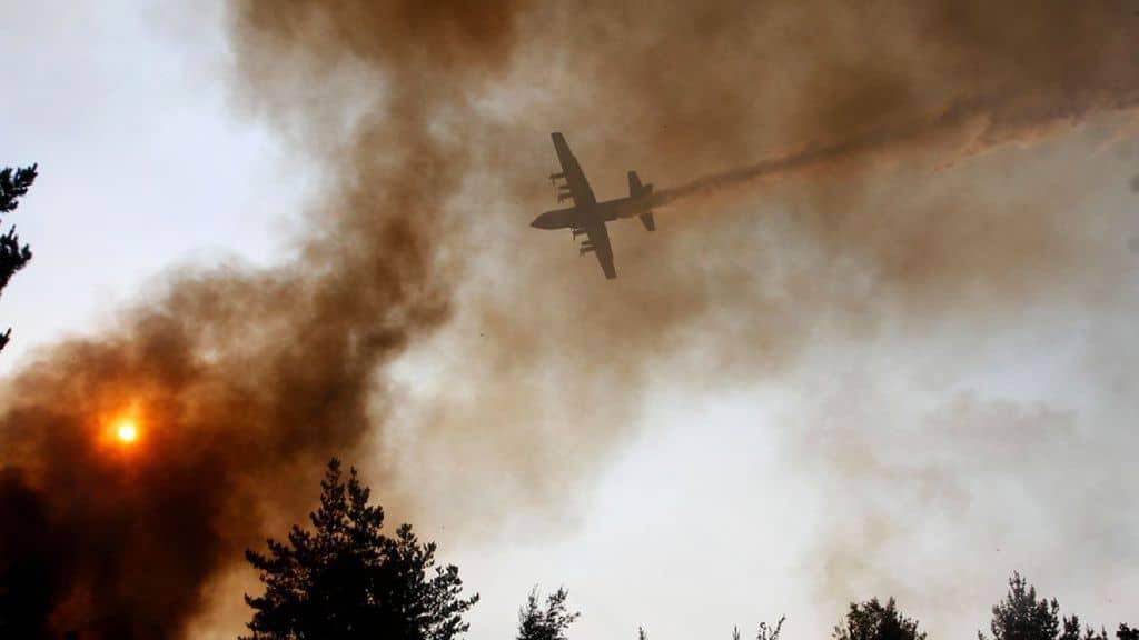 Няколко чужди държави изпратиха свои специализирани самолети и пожарни отряди, за да помогнат на Чили в овладяването на пожарите. Снимка: t13.cl