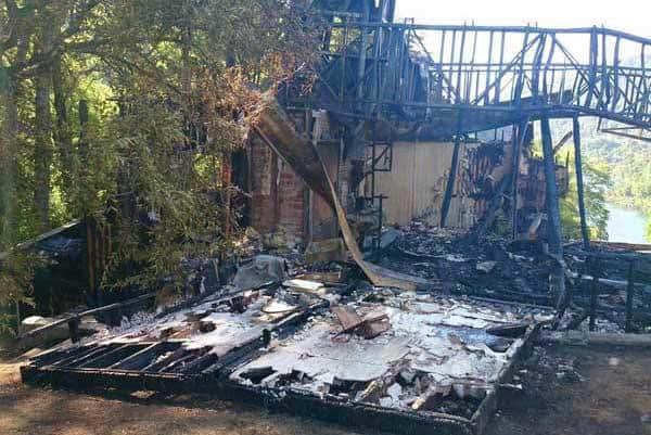 Този изгорял дърводобивен обект на фамилията Мате е определен от ползвател на Туитар с една дума–автоподпалване. Снимка: Туитър