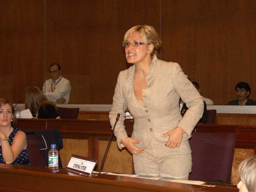 Синтия Витери в атака по време на парламентарни дебати. Снимка: Уикипедия