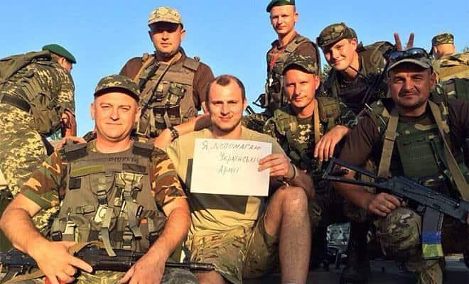 Футболистът Зозуля редом до украински военни. Снимка: www.elmundo.es