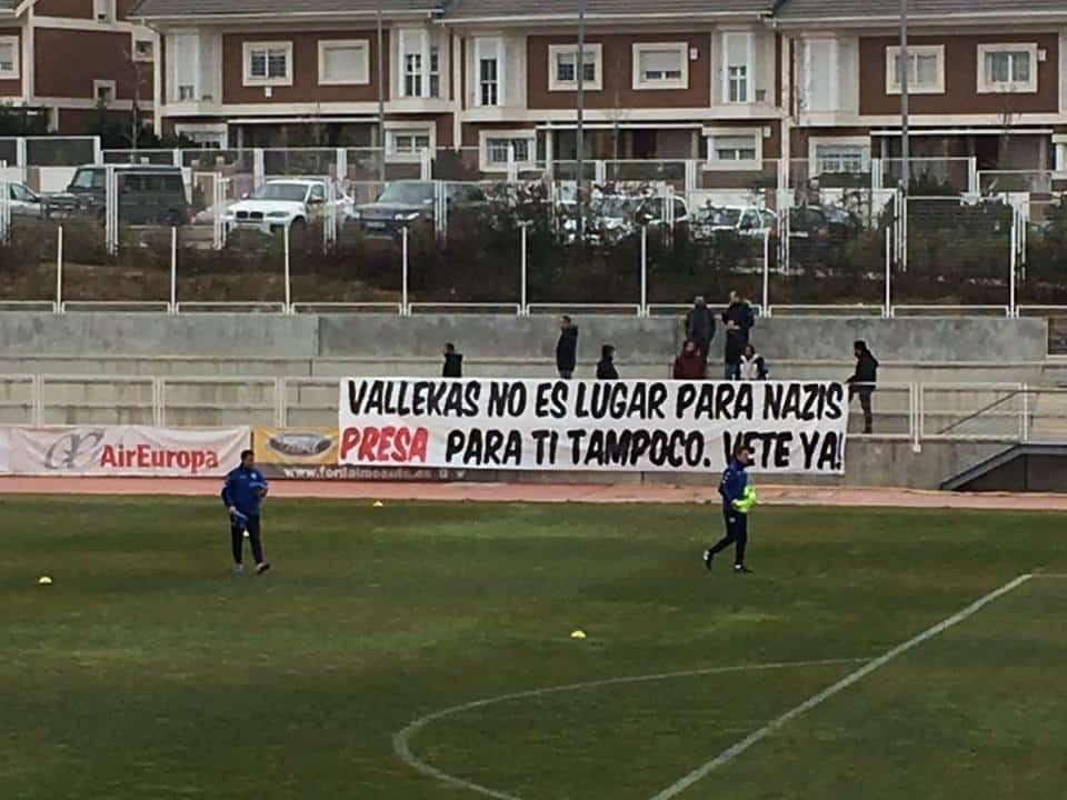 """Транспарант по време на тренировка на """"Райо Валекано"""" срещу нацизма. Снимка: Туитър"""